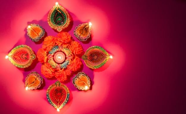 Happy Diwali - Lampe à Huile Traditionnelle Colorée Diya Sur Fond Rose Photo Premium
