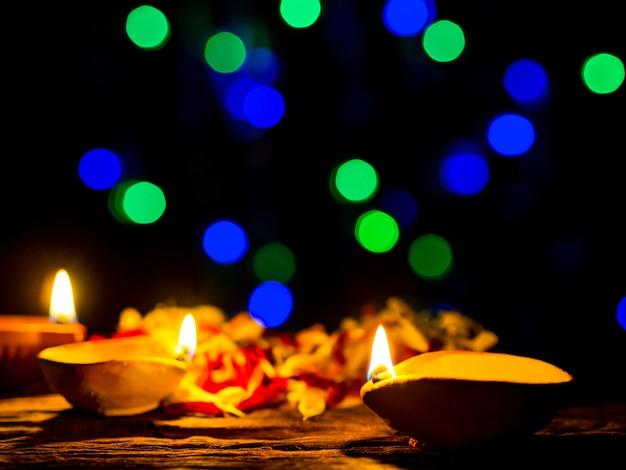 Happy diwali - lampes diya éclairées par un fond de bokeh pendant la célébration de diwali Photo Premium