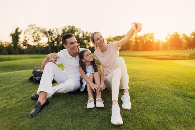 Happy family apprécie la nature en été prend des photos. Photo Premium