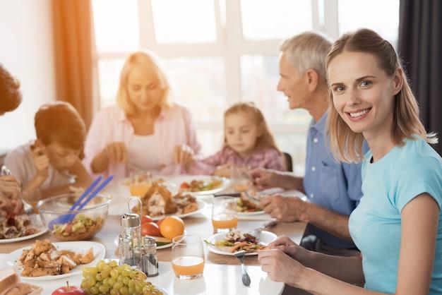Happy family manger des plats délicieux. Photo Premium