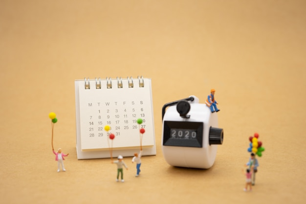 Happy Family Miniature People Standing With 2020 Bonne Année Photo Premium