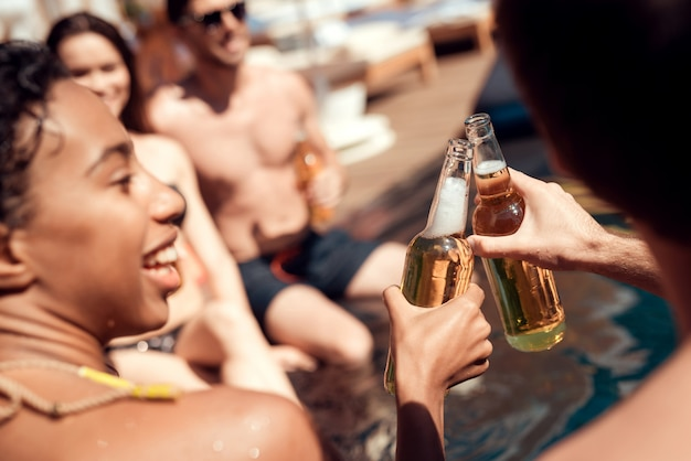 Happy friends enoying pool party sur les vacances d'été Photo Premium
