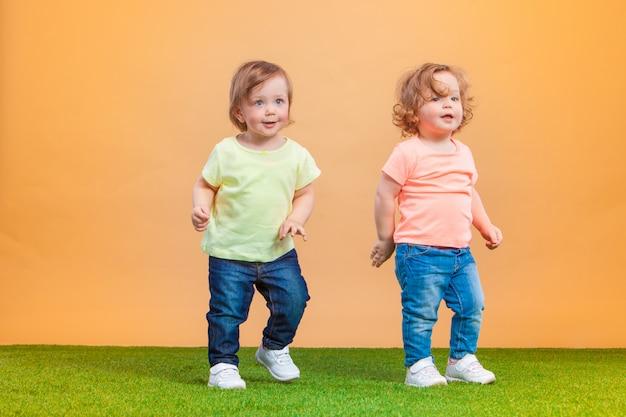 Happy Funny Girl Jumelles Sœurs Jouant Et Riant Photo gratuit