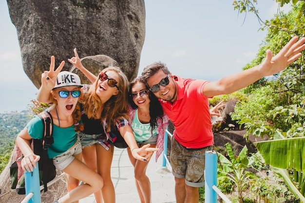 Happy Hipster Compagnie D'amis Voyageant à Travers Le Monde Photo gratuit