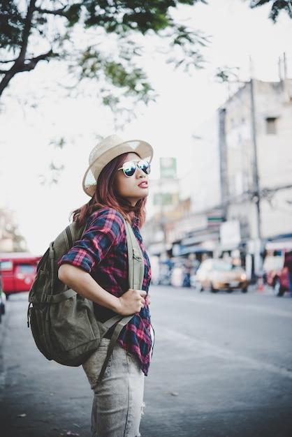 52484ac293 Happy hipster jeune femme porte un sac à dos, voyageur femme touristique  avec sac à