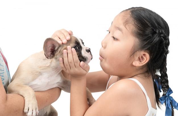 Happy kid asiatique fille jouer avec bouledogue français Photo Premium