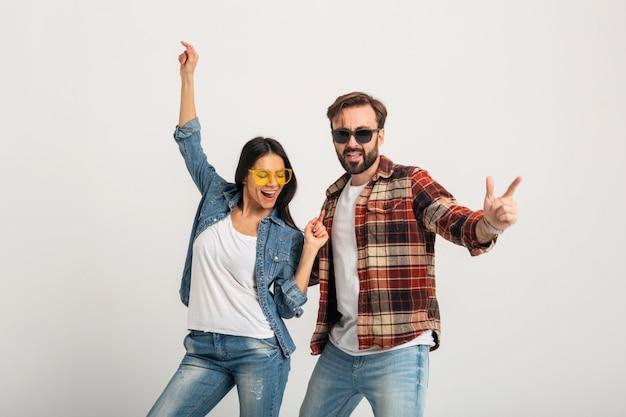 Happy Smiling Couple Dancing On Party Isolé Sur Blanc Photo gratuit