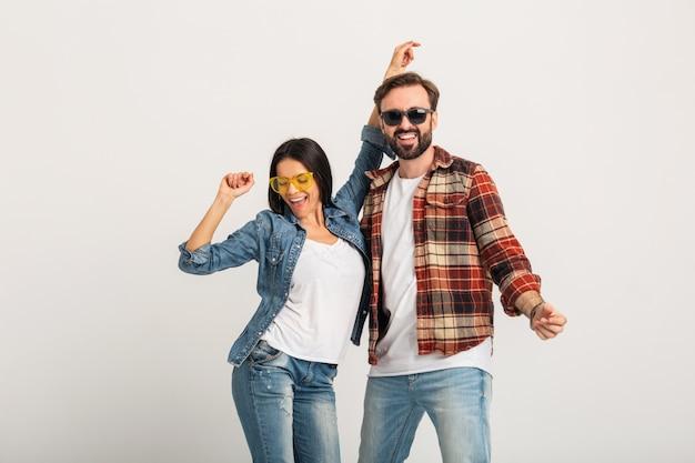 Happy Smiling Couple Dancing On Party Isolé Sur Studio Blanc Photo gratuit