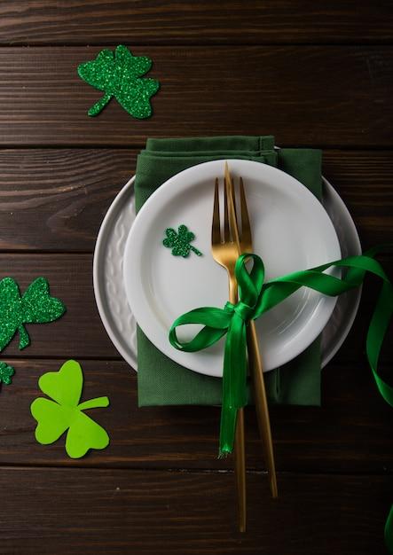 Happy St. Le Jour De Patrick. Carte Avec Bière Et Trèfle Porte-bonheur. Célébration Des Vacances De La Saint-patrick. Symbole Du Festival Irlandais. Concept Chanceux. Photo Premium