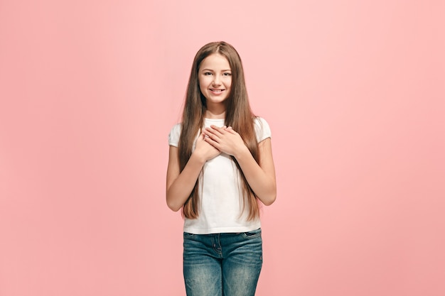 Happy Teen Girl Debout, Souriant Isolé Sur Un Studio Rose à La Mode Photo gratuit