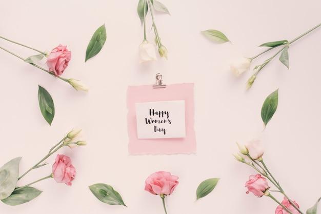 Happy womens day inscription avec des fleurs roses Photo gratuit