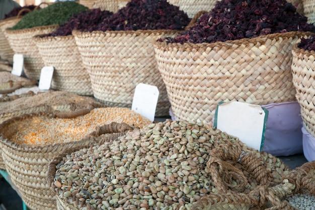 Haricots et autres produits alimentaires en paniers en vente Photo gratuit