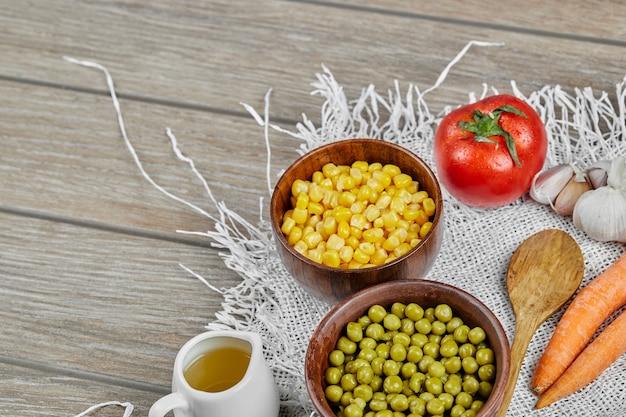 Haricots Et Grains De Pois Verts Dans Des Tasses En Bois. Photo gratuit