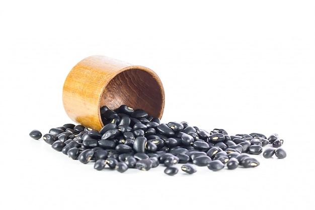 Haricots noirs dans une tasse en bois Photo Premium