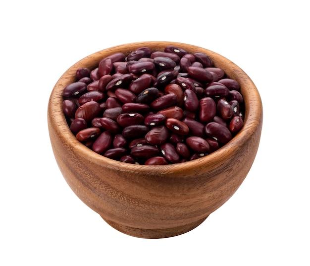 Haricots rouges dans un bol en bois isolé Photo Premium