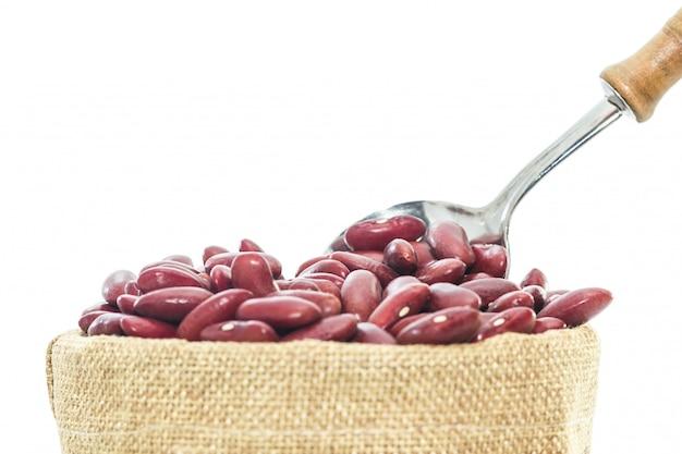 Haricots rouges, dans, tasse bois, isolé Photo Premium