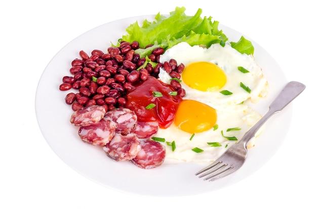 Haricots rouges, laitue et oeuf au plat pour le petit déjeuner. Photo Premium