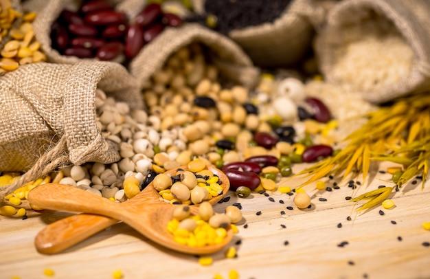 Haricots secs pour une bonne santé, copiez l'espace. Photo Premium