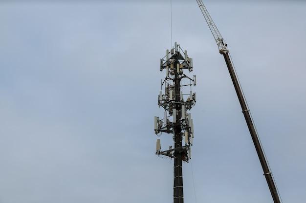 Harnais mousqueton à clip pour la sécurité sur la tour d'antenne Photo Premium