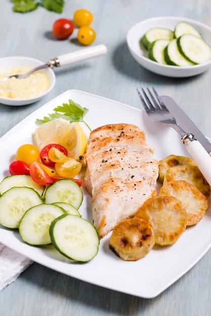 Haut angle de poitrine de poulet avec assortiment de légumes Photo gratuit
