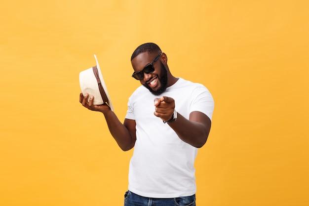 Haut noir jeune homme dansant isolé sur fond jaune. Photo Premium