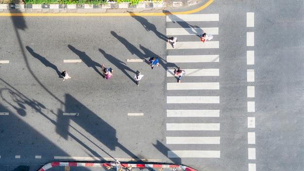 Haut De La Page Vue Aérienne De Groupe De Personnes Marchent à Street City Avec Passage Pour Piétons Dans La Route De Trafic De Transport. Photo Premium