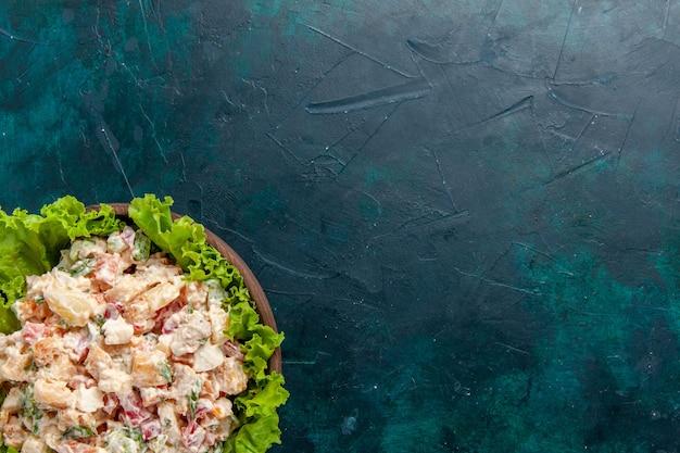 Haut De La Page Vue Rapprochée Salade De Légumes Au Poulet Avec Mayyonaise Et Salade Verte Sur Mur Sombre Salade Repas Légume Couleur Alimentaire Photo gratuit