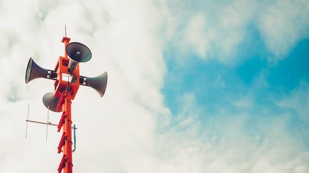 Haut-parleur vintage corne - signe de relations publiques et symbole. effet de tonalité de couleur vintage Photo Premium