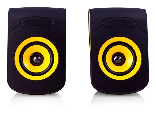Les haut-parleurs d'ordinateur avec motif jaune et noir sur blanc isolat Photo Premium