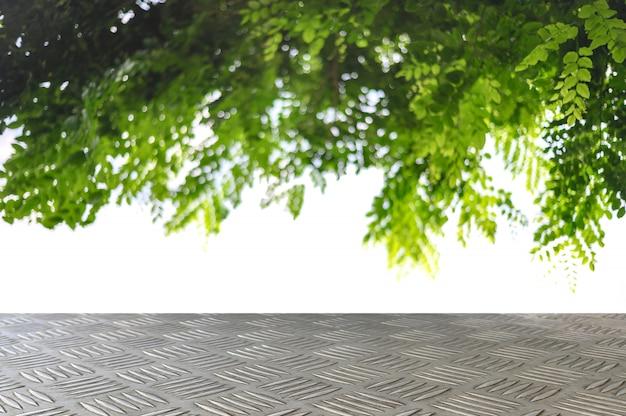 Haut de la plaque de fer checker vide avec fond de branche d'arbre Photo Premium