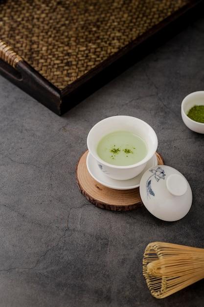 Haute angle de tasse de thé matcha avec plateau Photo gratuit