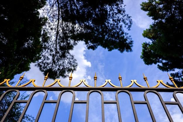 Haute clôture en métal pour protéger quelque chose de précieux dans le style ancien. Photo Premium