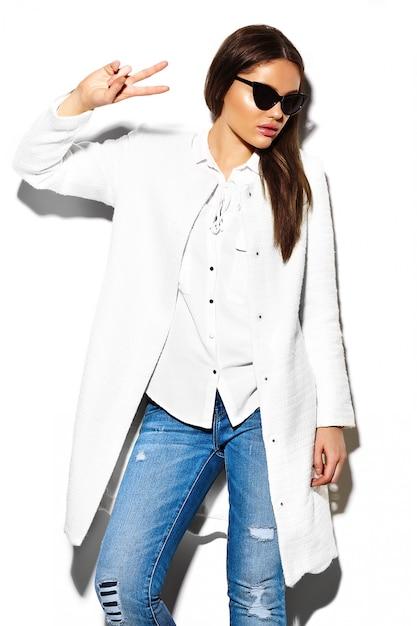 Haute Couture Look.glamour Closeup Portrait De Beau Sexy Brunette élégant Business Jeune Femme Modèle En Manteau Blanc Veste Hipster Tissu En Jeans Photo gratuit