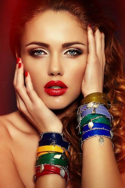 Haute Couture Look.glamour Closeup Portrait De Beau Sexy élégant Blond Caucasien Jeune Femme Modèle Avec Maquillage Lumineux, Avec Des Lèvres Rouges, Avec Une Peau Parfaitement Propre Avec Des Accessoires Colorés Photo gratuit