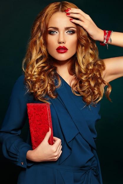 Haute Couture Look.glamour Closeup Portrait De Beau Sexy élégant Blonde Caucasienne Jeune Femme Modèle Avec Maquillage Lumineux Photo gratuit