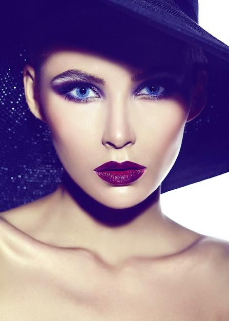 Haute Couture Look.glamour Closeup Portrait De Beau Sexy élégant Jeune Femme Modèle Avec Maquillage Lumineux Avec Des Lèvres Rouges Avec Une Peau Parfaitement Propre En Tissu Décontracté En Chapeau Photo gratuit