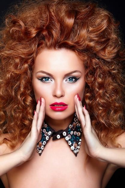 Haute Couture Look.glamour Closeup Portrait De Belle Rousse Sexy Caucasien Jeune Femme Modèle Avec Des Lèvres Rouges, Maquillage Lumineux, Avec Une Peau Parfaitement Propre Avec Des Bijoux Isolé Sur Fond Noir Photo gratuit