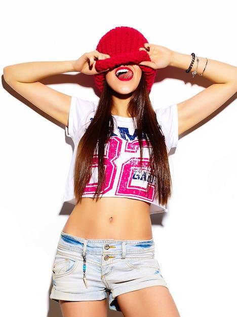 Haute Couture Look.glamour élégant Belle Jeune Femme Modèle Avec Des Lèvres Rouges En été Brillant Tissu Coloré Hipster Photo gratuit