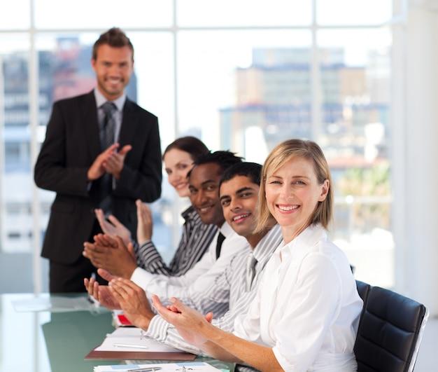 La haute direction applaudit lors d'une réunion Photo Premium