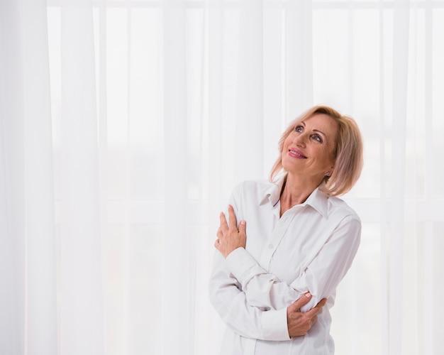 Haute Femme à La Recherche De Suite Avec Espace De Copie Photo gratuit