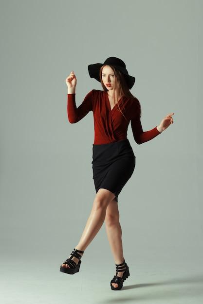 Haute mannequin posant dans un chapeau Photo Premium