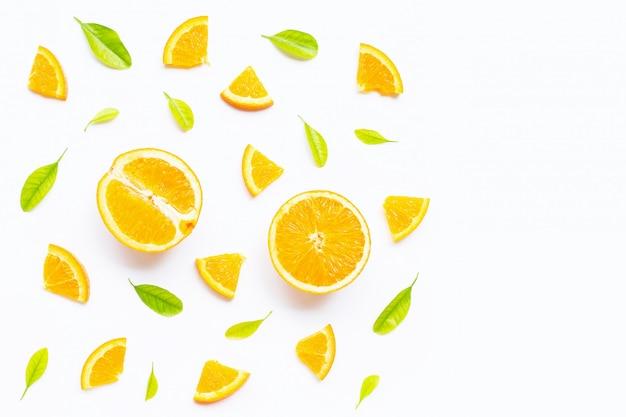 Haute teneur en vitamine c, juteuse et sucrée. fruits orange frais avec des feuilles vertes sur blanc. Photo Premium