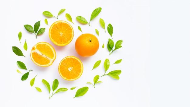 Haute teneur en vitamine c, juteuse et sucrée. fruits orange frais avec des feuilles vertes Photo Premium