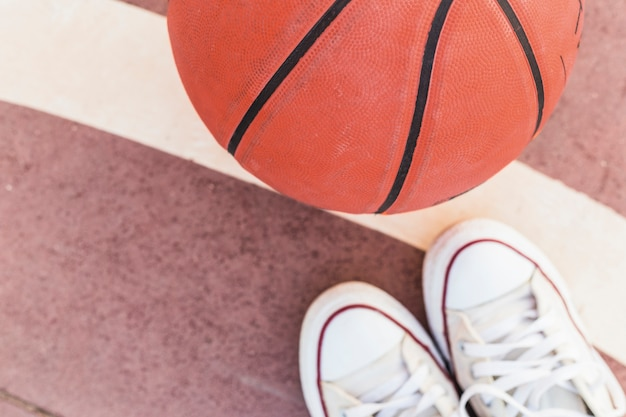 Haute vue angle, de, basket-ball, et, baskets Photo gratuit