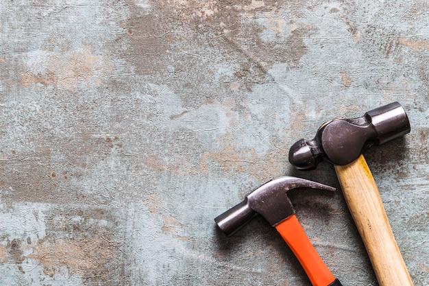 Haute vue angle, de, deux, marteaux, sur, vieux, bureau bois Photo gratuit