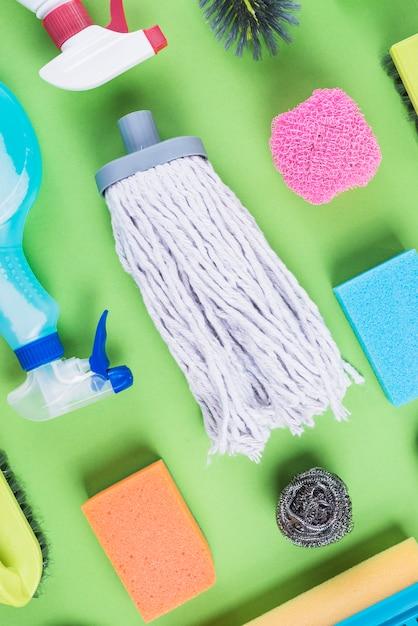 Haute vue angle, de, nettoyage, éléments, sur, toile de fond vert Photo gratuit