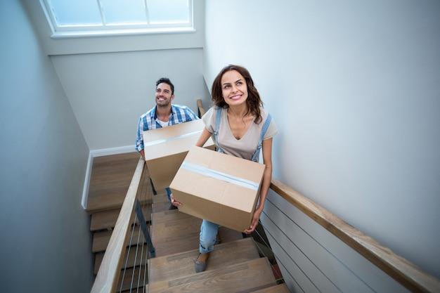 Haute Vue Angle, De, Sourire, Couple, Tenue, Cartons, Tout, A, Escalier, étapes Photo Premium