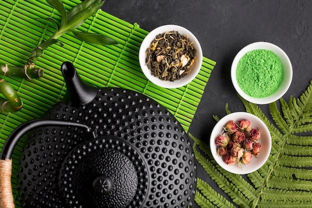 Haute vue angle, de, thé vert matcha, et, herbe sèche Photo gratuit