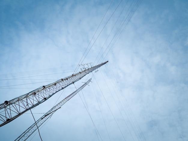 Les hautes ondes radio émettent des tours sur un ciel bleu. Photo Premium