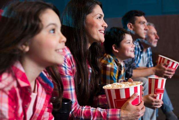 Héhé, assis au cinéma Photo gratuit